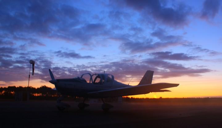 L'avion sur fond de soleil levant...