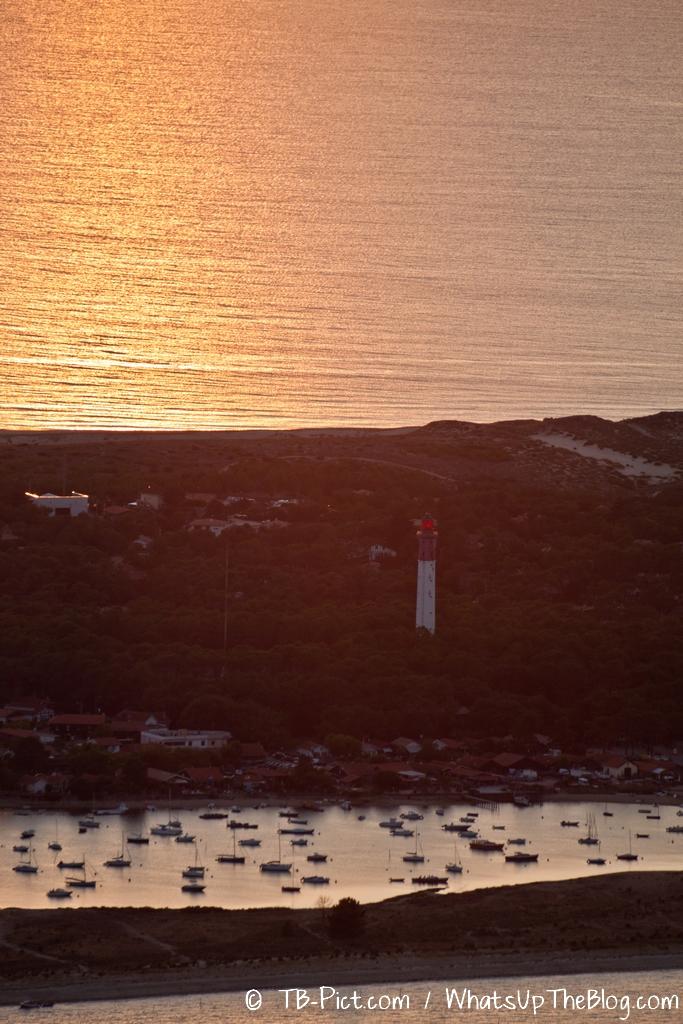 21h13 : Océan, foret de pins, Phare du Cap Ferret, village ostréicole, et bateaux dans la conche du Mimbeau.